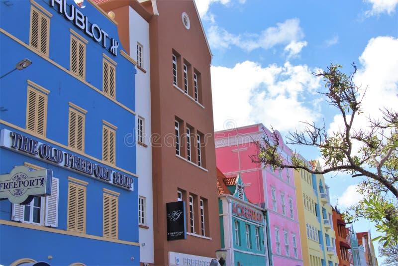 Willemstad, Curaçao - 12/17/17: Edificios coloridos en Willemstan céntrico, Curaçao fotos de archivo libres de regalías
