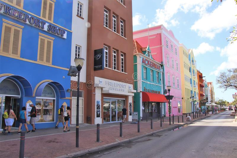 Willemstad, Curaçao - 12/17/17: Edificios coloridos en Willemstan céntrico, Curaçao imágenes de archivo libres de regalías
