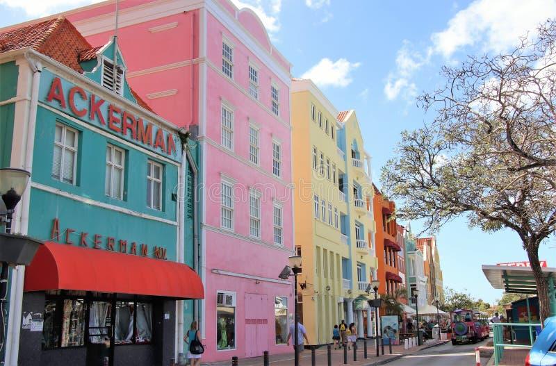 Willemstad, Curaçao - 12/17/17: Edificios coloridos en Willemstan céntrico, Curaçao imagenes de archivo