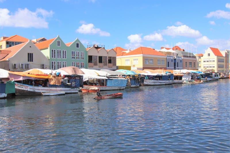 Willemstad, Curaçao - 12/17/17: Mercado flotante colorido en Curaçao imagenes de archivo