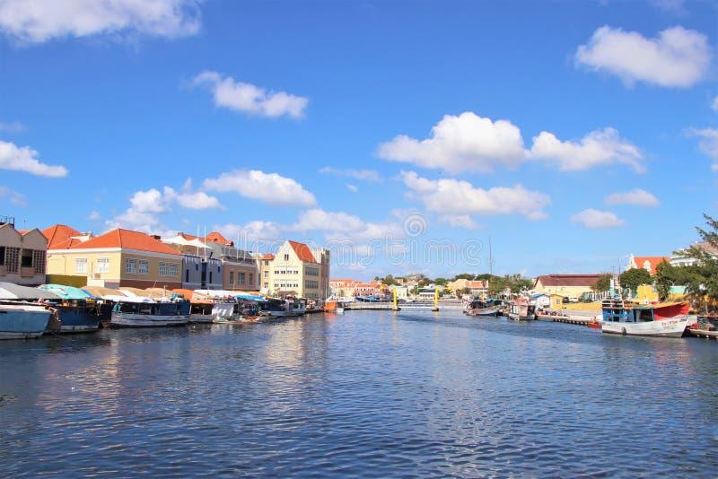 Willemstad, Curaçao - 12/17/17: Mercado flotante colorido en Curaçao fotos de archivo libres de regalías