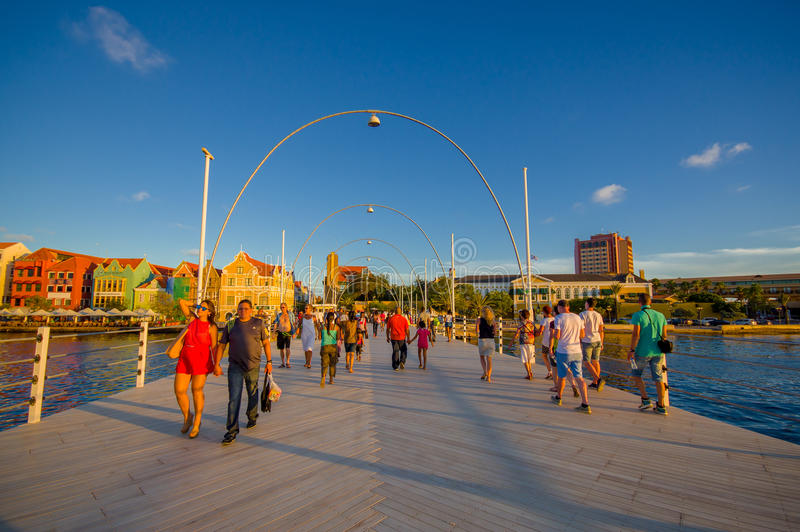 WILLEMSTAD, CURAÇAO - 1. NOVEMBER 2015: Königin Emma Bridge stockbilder