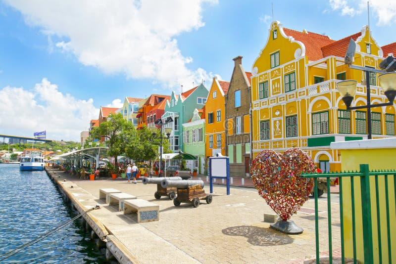 Willemstad, Curaçao, Países Bajos Antillas Casas coloridas y edificios comerciales de Punda, puerto de Willemstad fotografía de archivo libre de regalías