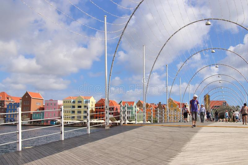 Willemstad, Curaçao - 12/17/17: Reina Emma Pontoon Bridge en Willemstad, Curaçao, en el Netherland Antillas fotografía de archivo libre de regalías