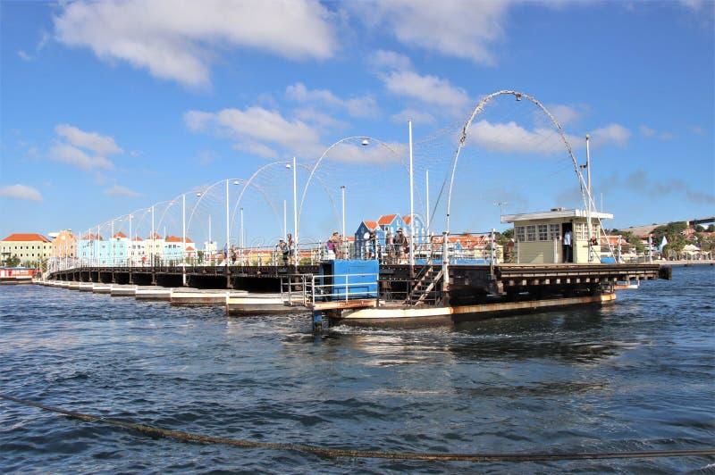 Willemstad, Curaçao - 12/17/17: Reina Emma Pontoon Bridge en Curaçao que balancea hacia fuera para permitir el paso del barco; imagen de archivo libre de regalías