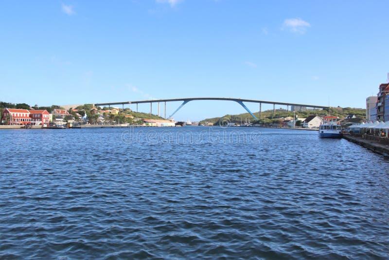 Willemstad, Curaçao - 12/17/17 - reina Juliana Bridge de la isla de Curaçao; fotos de archivo libres de regalías