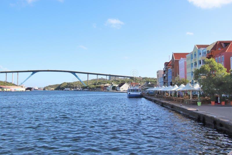 Willemstad, Curaçao - 12/17/17 - reina Juliana Bridge de la isla de Curaçao; imagenes de archivo