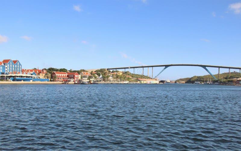 Willemstad, Curaçao - 12/17/17 - reina Juliana Bridge de la isla de Curaçao; fotografía de archivo