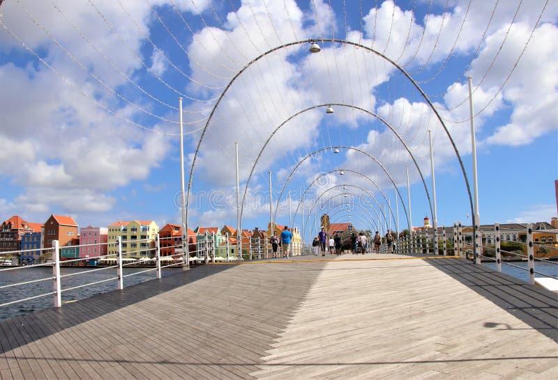 Willemstad Curacao - 12/17/17: Drottning Emma Pontoon Bridge i Willemstad, Curacao, i Netherlanden Antillerna royaltyfri foto