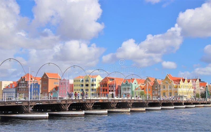 Willemstad Curacao - 12/17/17: Drottning Emma Pontoon Bridge i Willemstad, Curacao, i Netherlanden Antillerna royaltyfri bild