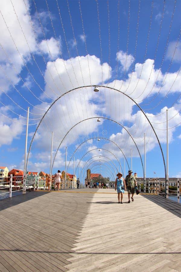 Willemstad Curacao - 12/17/17: Drottning Emma Pontoon Bridge i Willemstad, Curacao, i Netherlanden Antillerna royaltyfria bilder
