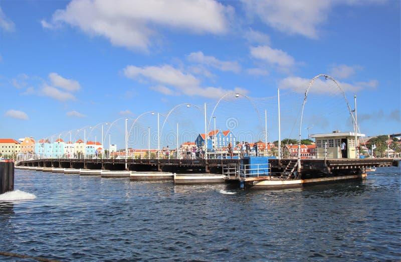 Willemstad Curacao - 12/17/17: Drottning Emma Pontoon Bridge i Curacao som ut svänger för att låta fartygpassagen; arkivfoton