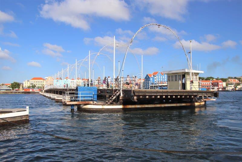 Willemstad Curacao - 12/17/17: Drottning Emma Pontoon Bridge i Curacao som ut svänger för att låta fartygpassagen; arkivbilder