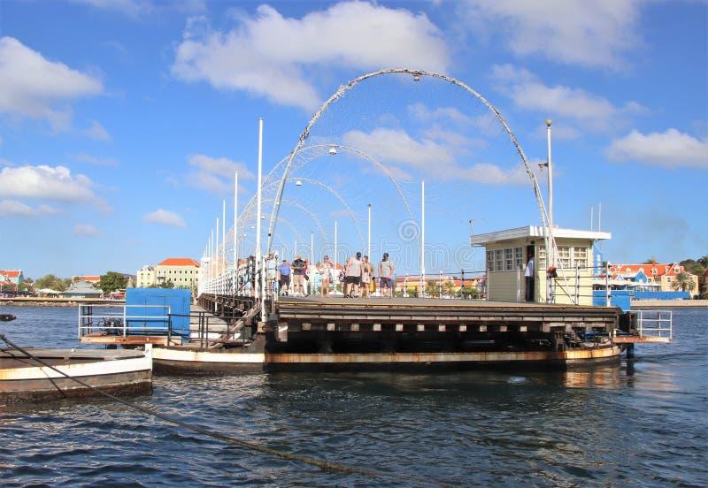 Willemstad Curacao - 12/17/17: Drottning Emma Pontoon Bridge i Curacao som ut svänger för att låta fartygpassagen; royaltyfria foton