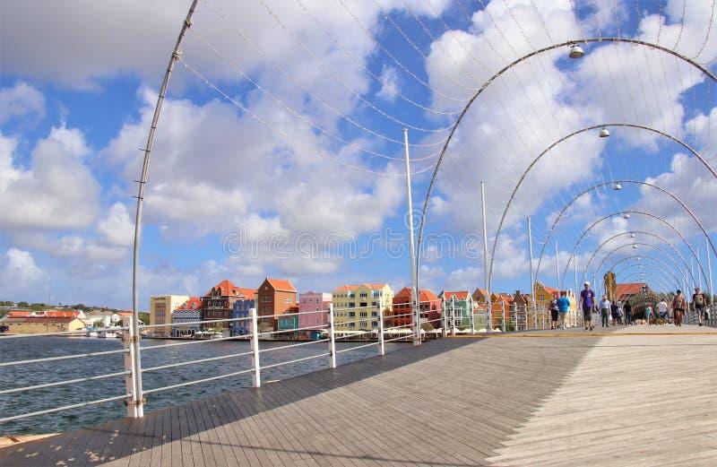 Willemstad Curacao - 12/17/17: Drottning Emma Pontoon Bridge i Willamstad, Curacao, i Netherlanden Antillerna arkivbilder