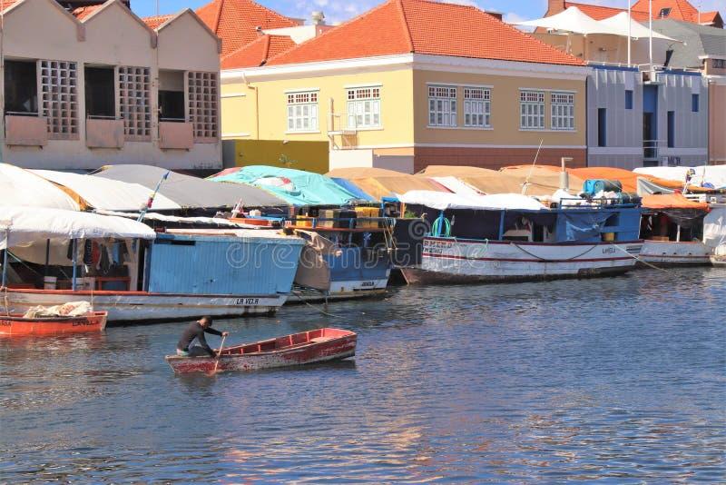 Willemstad Curacao - 12/17/17: Färgrik sväva marknad i Curacao royaltyfri bild