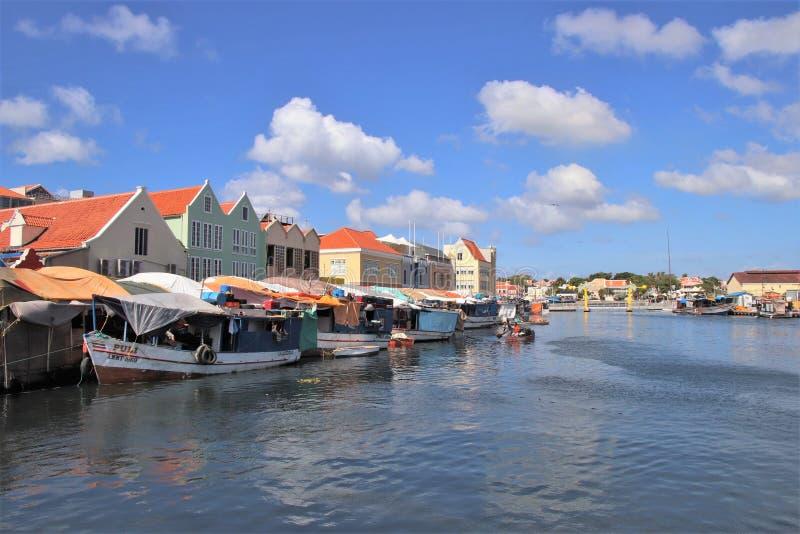 Willemstad Curacao - 12/17/17: Färgrik sväva marknad i Curacao royaltyfri foto