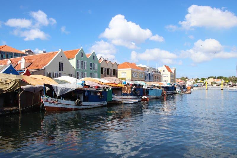Willemstad Curacao - 12/17/17: Färgrik sväva marknad i Curacao royaltyfria bilder
