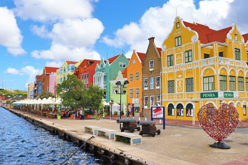 Willemstad Curacao - 12/17/17: Färgrika i stadens centrum Willemstad, Curacao, i Netherlanden Antillerna arkivfoton