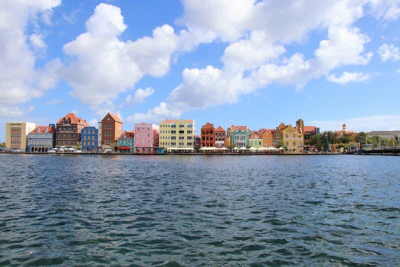 Willemstad Curacao - 12/17/17: Färgrika i stadens centrum Willemstad, Curacao, i Netherlanden Antillerna arkivbilder