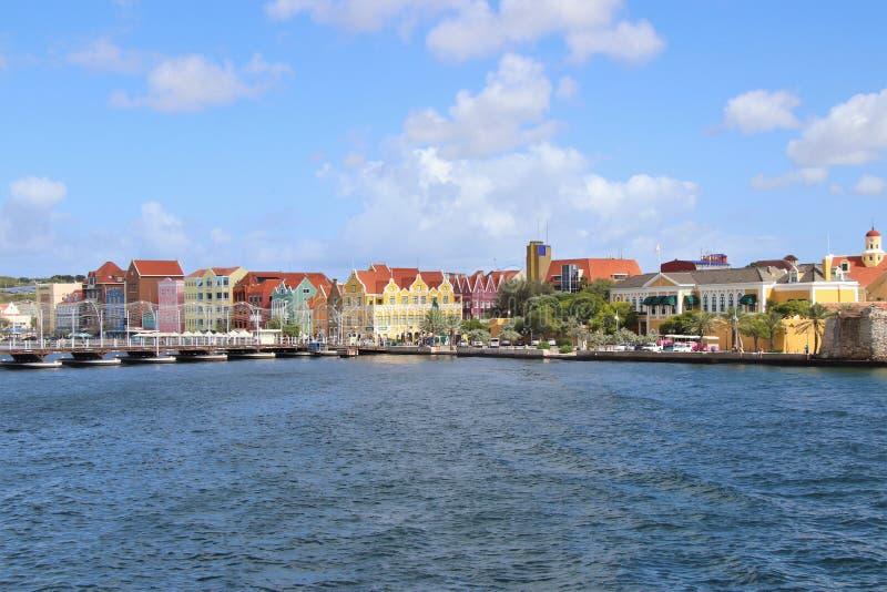 Willemstad Curacao - 12/17/17: Färgrika i stadens centrum Willemstad, Curacao, i Netherlanden Antillerna royaltyfri bild