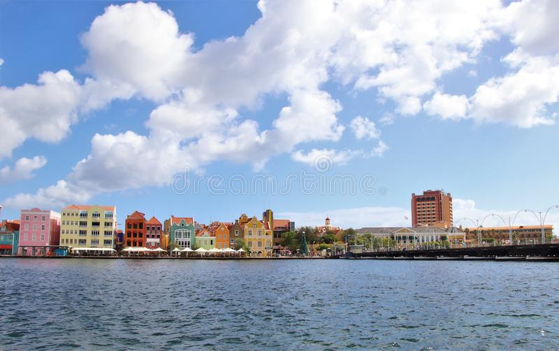 Willemstad Curacao - 12/17/17: Färgrika i stadens centrum Willemstad, Curacao, i Netherlanden Antillerna arkivbild