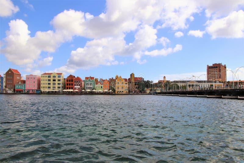 Willemstad Curacao - 12/17/17: Färgrika i stadens centrum Willemstad, Curacao, i Netherlanden Antillerna royaltyfria foton
