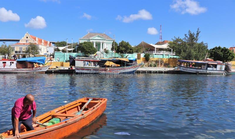 Willemstad Curacao - 12/17/17: Fartyg på den sväva marknaden i Curacao arkivfoton