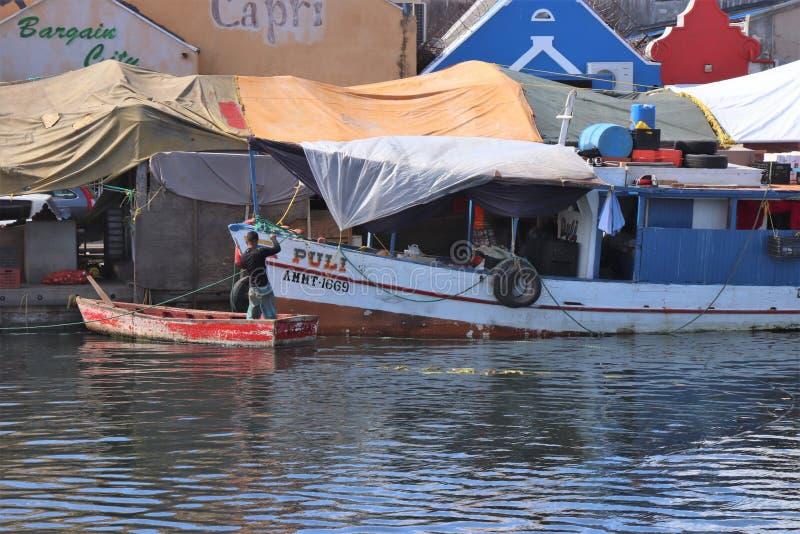 Willemstad Curacao - 12/17/17: Fartyg på den sväva marknaden i Curacao fotografering för bildbyråer