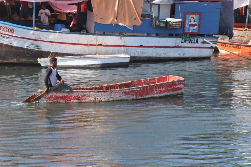 Willemstad Curacao - 12/17/17: Fartyg på den sväva marknaden i Curacao royaltyfri bild