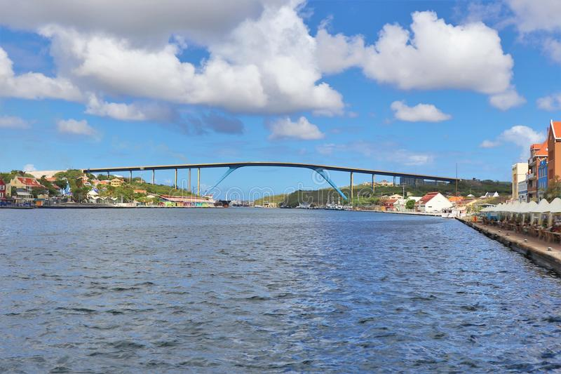 Willemstad Curacao - 12/17/17 - göra till drottning Juliana Bridge av ön av Curacao royaltyfri bild