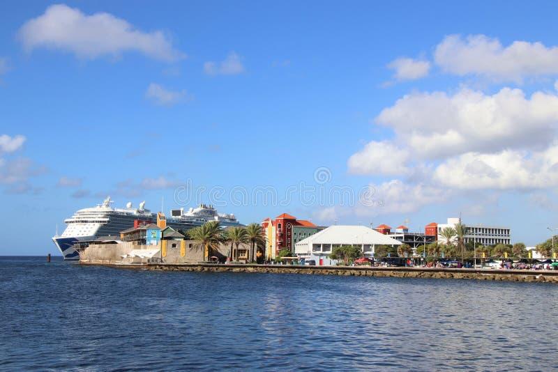 Willemstad Curacao -12/17/17: Kungligt prinsessakryssningskepp som anslutas i Curacao royaltyfri foto