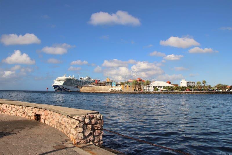 Willemstad Curacao -12/17/17: Kungligt prinsessakryssningskepp som anslutas i Curacao royaltyfria foton