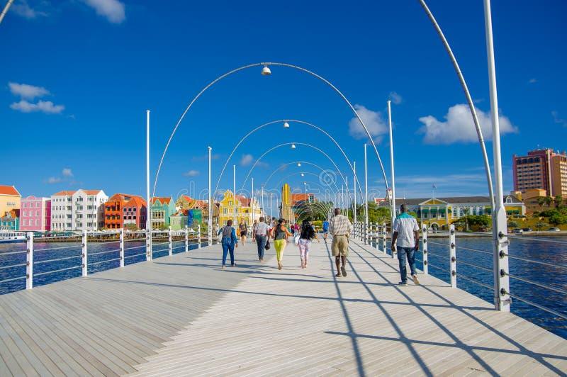 WILLEMSTAD CURACAO - NOVEMBER 1, 2015: Drottningen Emma Bridge är en pontonbro över St Anna Bay royaltyfri foto