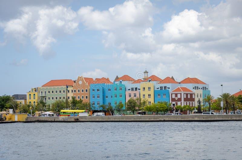 Willemstad en Curaçao Handelskade con las fachadas coloridas imagen de archivo libre de regalías