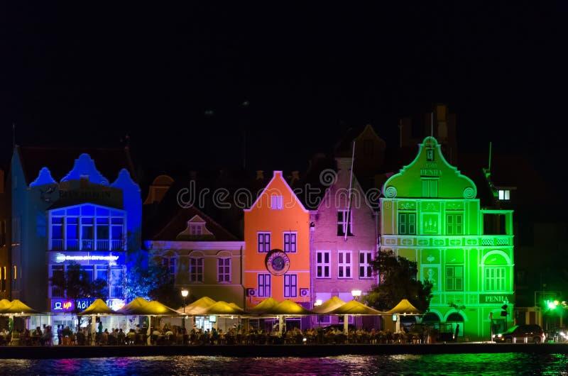 Willemstad en la noche en la isla de Curaçao fotografía de archivo