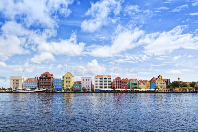 Willemstad, Handelskade con las fachadas coloridas fotos de archivo libres de regalías