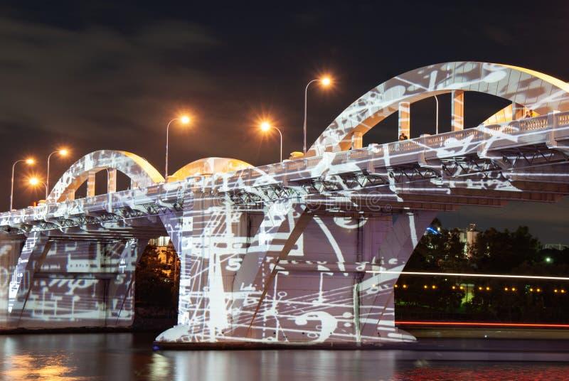 William Jolly Bridge en Brisbane se encendió para arriba por imágenes proyectadas foto de archivo libre de regalías
