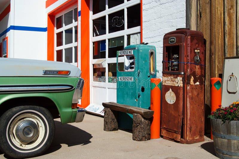 WILLIAMS ARIZONA, USA - 14. AUGUST 2009: Ansicht über Retro- Tanksäulen an der AutoReparaturwerkstatt auf Route 66 lizenzfreie stockfotos