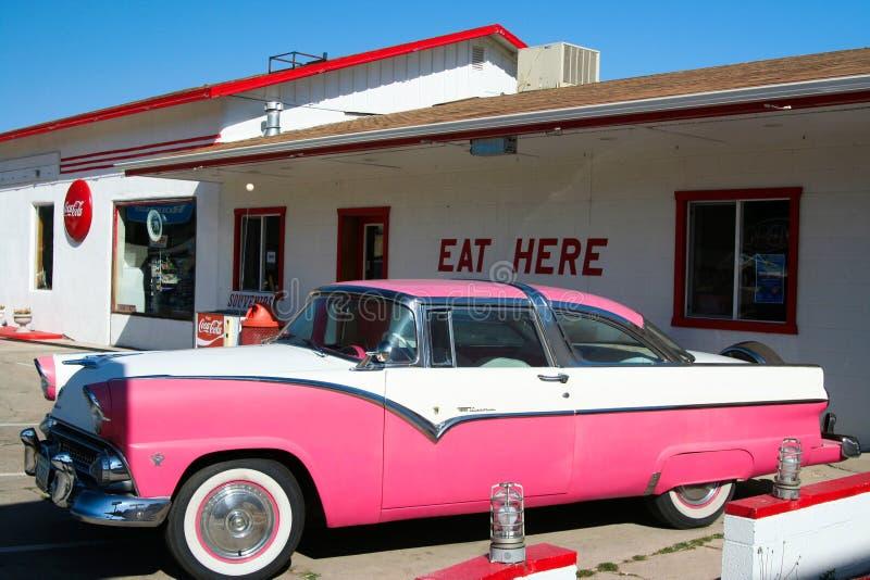 WILLIAMS ARIZONA, usa - SIERPIEŃ 14 2009: Widok na skręcarka gościu restauracji z klasyk menchii samochodem na Route 66 zdjęcie royalty free