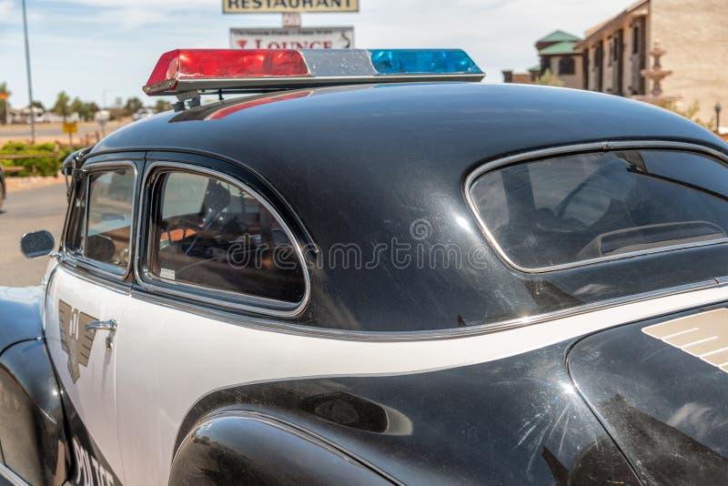 WILLIAMS, AZ - CZERWIEC 29, 2018: Historyczny samochód policyjny wzdłuż trasy 66 fotografia stock