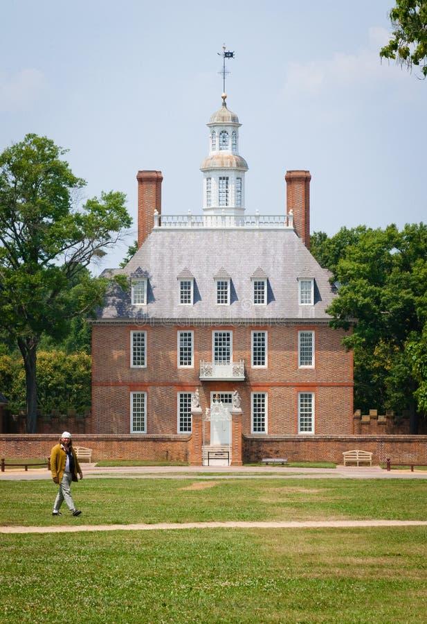 Williamsburg colonial : Un paysan et le palais photos stock