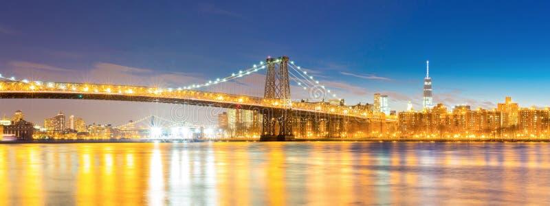 Williamsburg most przy półmrok panoramą obraz stock