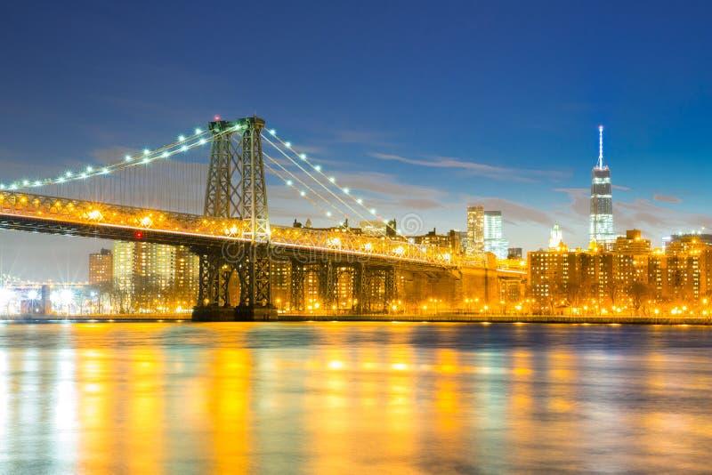 Williamsburg most przy półmrokiem obrazy stock