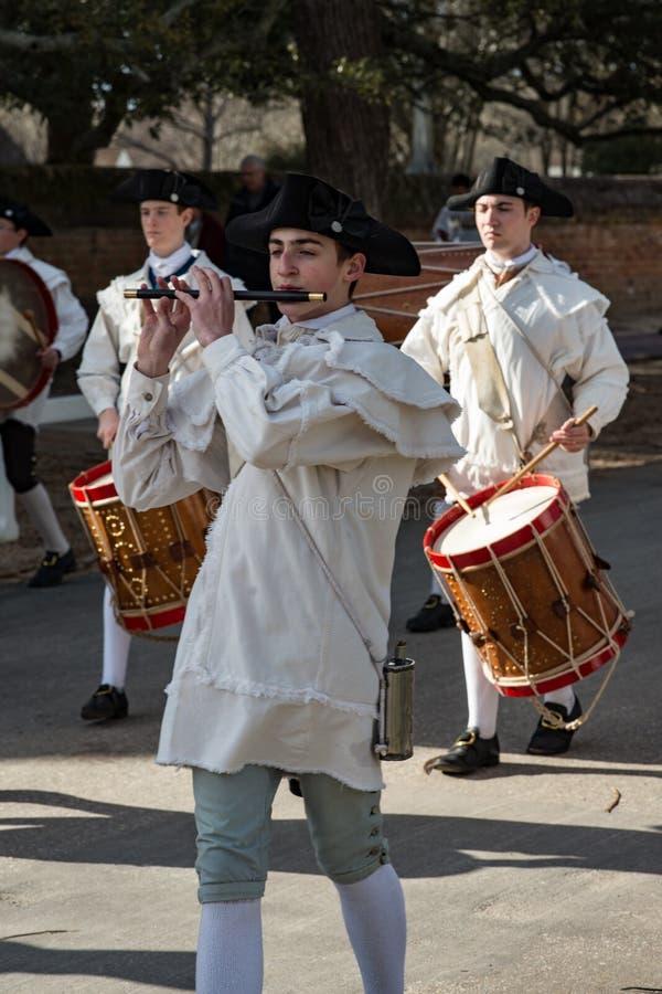 Williamsburg, Virgina - 26 de março de 2018: Pífano e cilindro da banda do Reenactment em WIlliamsburg colonial imagens de stock