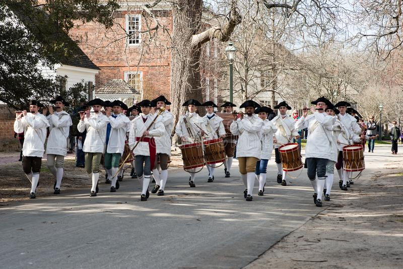 Williamsburg, Virgina - 26 de março de 2018: Pífano e cilindro da banda do Reenactment em WIlliamsburg colonial foto de stock