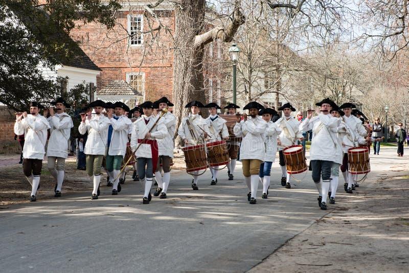 Williamsburg, Virgina - 26 de marzo de 2018: Fife y tambor de la banda de la reconstrucción en WIlliamsburg colonial foto de archivo