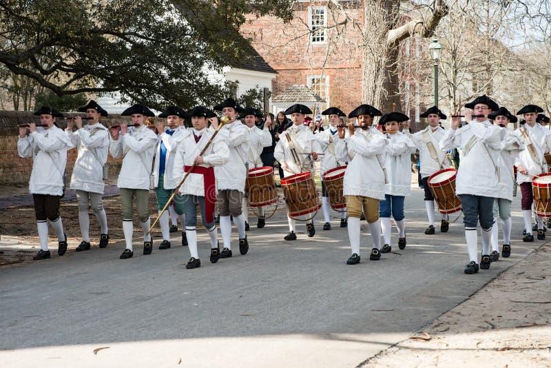Williamsburg, Virgina - Maart 26, 2018: Het weer invoeren het marcheren band Fife en trommel in Koloniale WIlliamsburg stock afbeelding