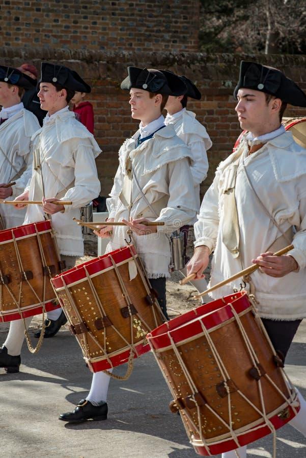 Williamsburg, Virgina - Maart 26, 2018: Het weer invoeren het marcheren band Fife en trommel in Koloniale WIlliamsburg stock afbeeldingen