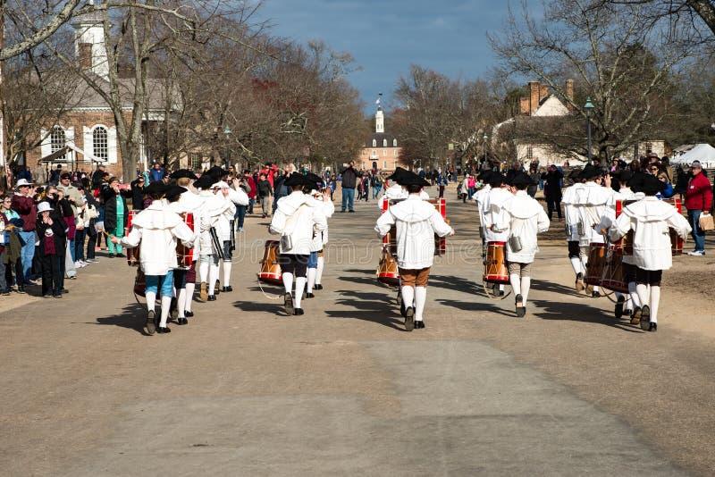 Williamsburg, Virgina - Maart 26, 2018: Het weer invoeren het marcheren band Fife en trommel in Koloniale WIlliamsburg stock foto